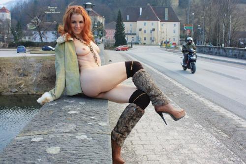 野外でお尻とパイパンマンコを見せびらかす露出狂外国人女性のエロ画像 32枚 No.11