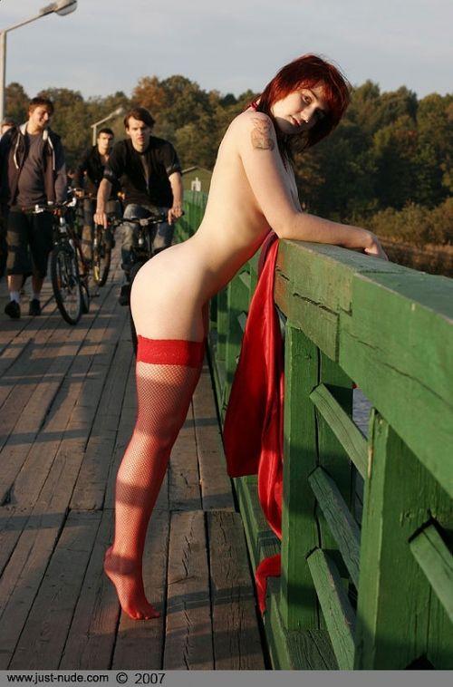 野外でお尻とパイパンマンコを見せびらかす露出狂外国人女性のエロ画像 32枚 No.16