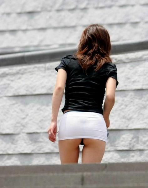 【画像】Tバックを履いてお尻丸出しな外国人女性の逆さ撮りパンチラwww 31枚 No.31
