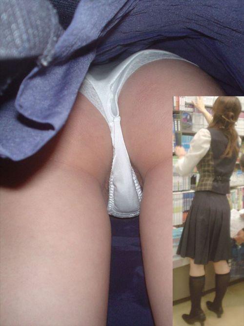 制服姿で一生懸命働く女性のパンチラを逆さ撮り盗撮したエロ画像 31枚 No.8