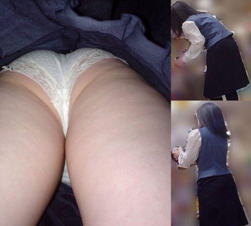 制服姿で一生懸命働く女性のパンチラを逆さ撮り盗撮したエロ画像 31枚 No.15