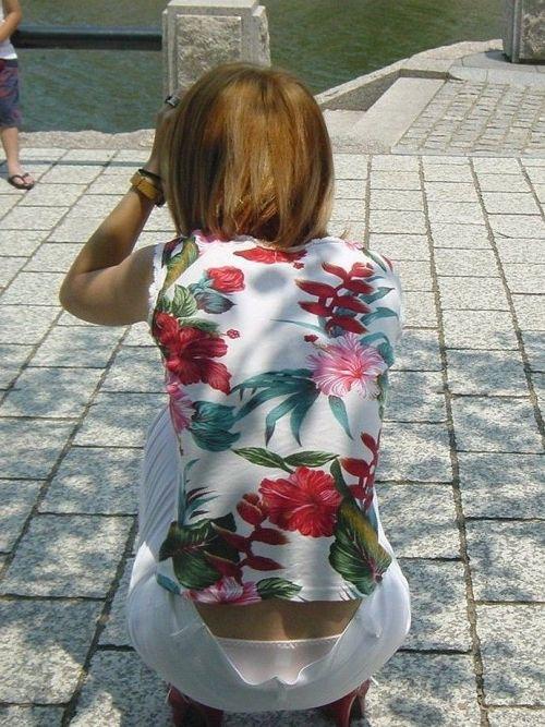 子連れママのしゃがんだお尻からパンティがハミパンしてるエロ画像 33枚 No.4
