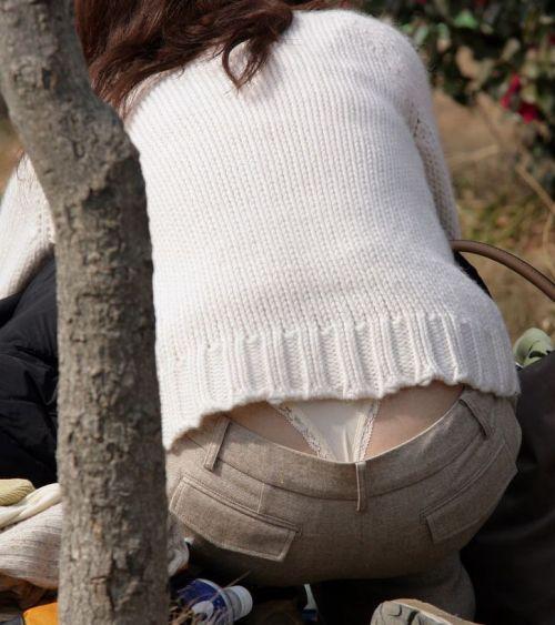 子連れママのしゃがんだお尻からパンティがハミパンしてるエロ画像 33枚 No.5