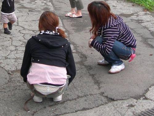 子連れママのしゃがんだお尻からパンティがハミパンしてるエロ画像 33枚 No.9