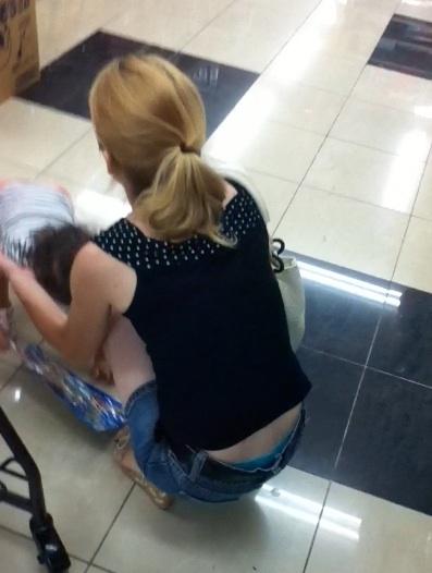 子連れママのしゃがんだお尻からパンティがハミパンしてるエロ画像 33枚 No.16