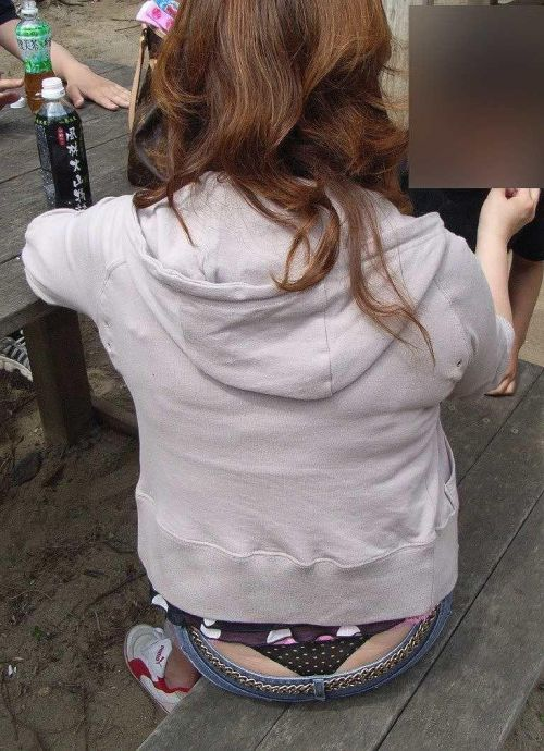 子連れママのしゃがんだお尻からパンティがハミパンしてるエロ画像 33枚 No.18