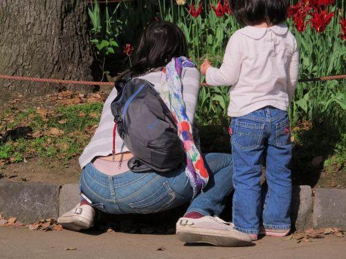 子連れママのしゃがんだお尻からパンティがハミパンしてるエロ画像 33枚 No.20