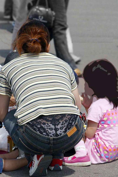 子連れママのしゃがんだお尻からパンティがハミパンしてるエロ画像 33枚 No.29