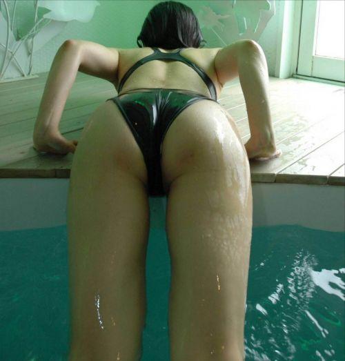 プールから上がる瞬間のヌレヌレのお尻とテカテカの太ももエロ画像 34枚 No.32