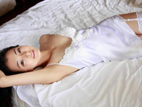 セクシーなスリップを着て誘惑する上品なオトナ女性のエロ画像 36枚 No.1