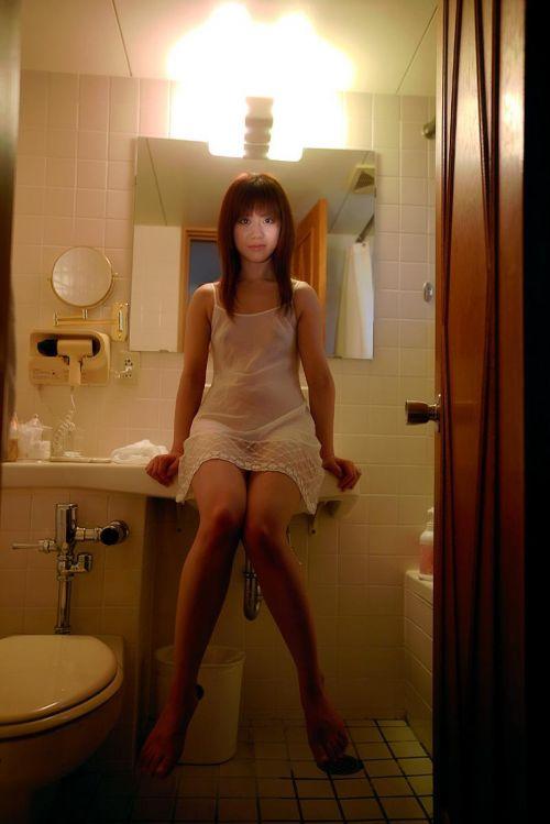 セクシーなスリップを着て誘惑する上品なオトナ女性のエロ画像 36枚 No.17