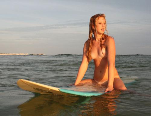 全裸でサーフィンしちゃう開放的な外国人達が超エロ楽しいそうww 36枚 No.8