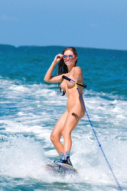 全裸でサーフィンしちゃう開放的な外国人達が超エロ楽しいそうww 36枚 No.12