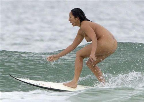 全裸でサーフィンしちゃう開放的な外国人達が超エロ楽しいそうww 36枚 No.32