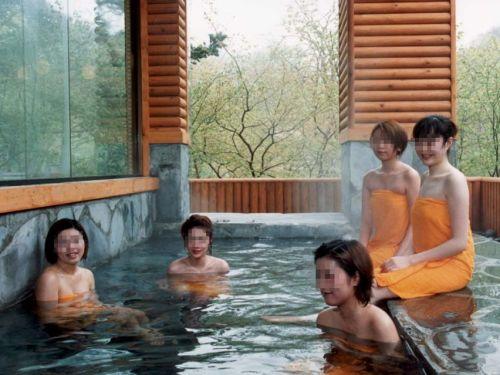 女子旅行の露天風呂で仲良く記念撮影した画像が抜けるわwww 32枚 No.1