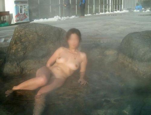 女子旅行の露天風呂で仲良く記念撮影した画像が抜けるわwww 32枚 No.2