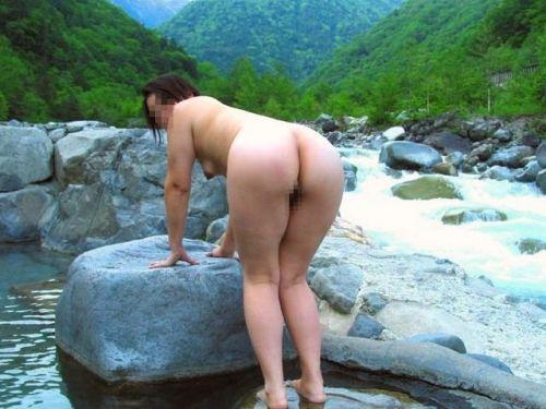 女子旅行の露天風呂で仲良く記念撮影した画像が抜けるわwww 32枚 No.3