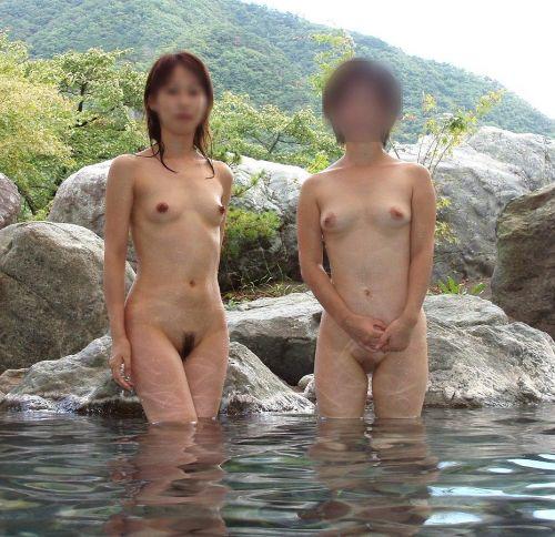 女子旅行の露天風呂で仲良く記念撮影した画像が抜けるわwww 32枚 No.6