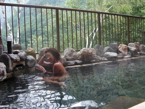 女子旅行の露天風呂で仲良く記念撮影した画像が抜けるわwww 32枚 No.16