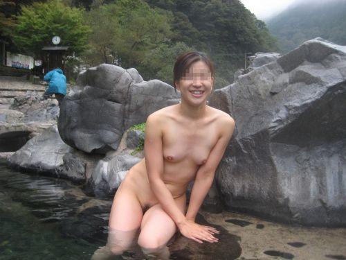 女子旅行の露天風呂で仲良く記念撮影した画像が抜けるわwww 32枚 No.27