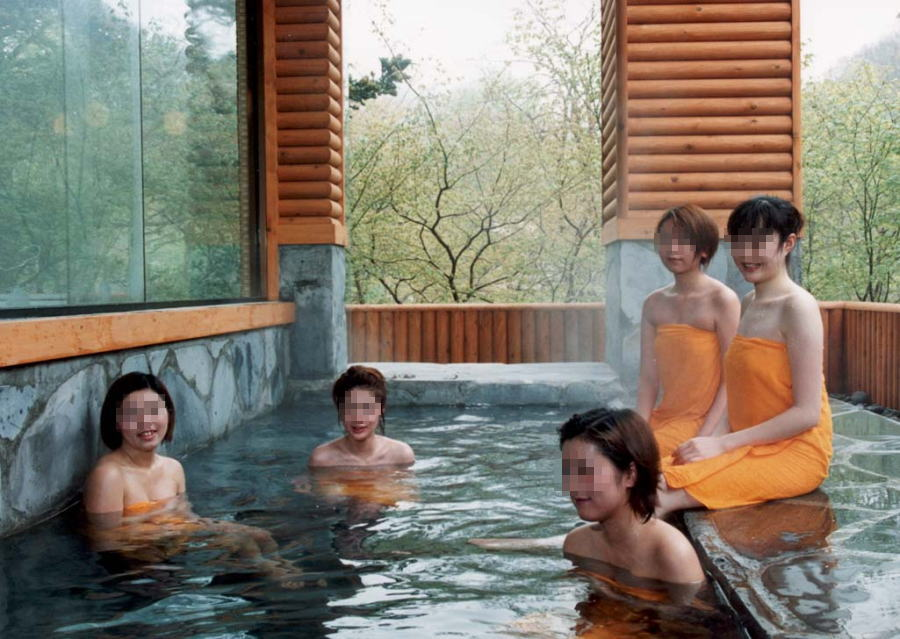 女子りょこうの露天風呂で仲良く記念収録した写真がヌけるわwww 32枚