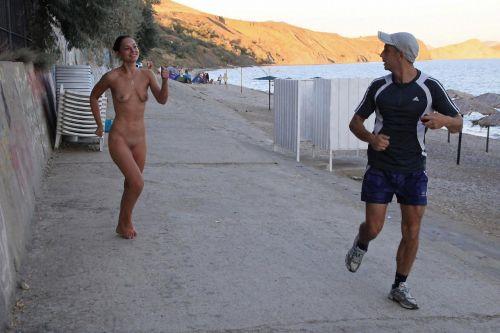 全裸で街を走り抜けるストリーキングな外国人女性のエロ画像 31枚 No.3