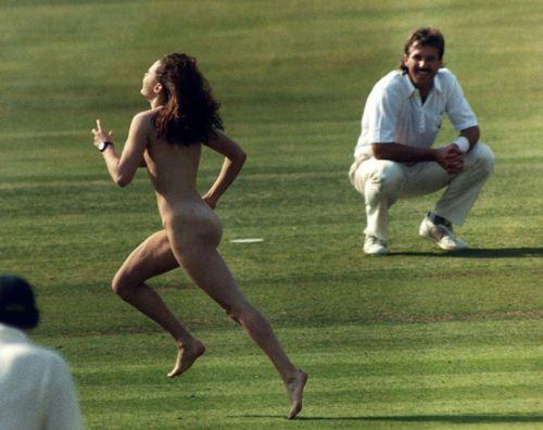 全裸で街を走り抜けるストリーキングな外国人女性のエロ画像 31枚 No.17