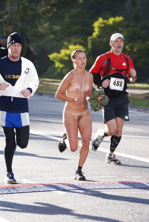全裸で街を走り抜けるストリーキングな外国人女性のエロ画像 31枚 No.21