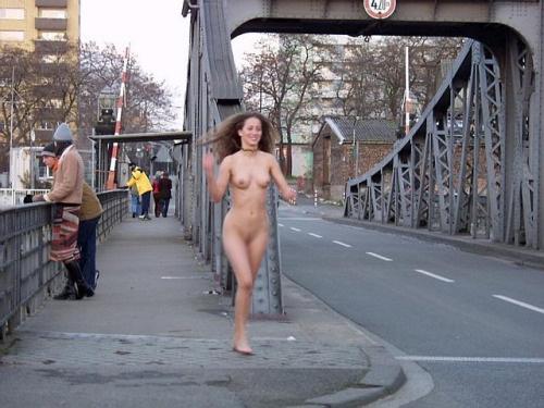 全裸で街を走り抜けるストリーキングな外国人女性のエロ画像 31枚 No.23