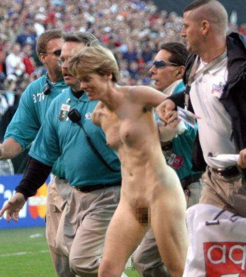 全裸で街を走り抜けるストリーキングな外国人女性のエロ画像 31枚 No.27