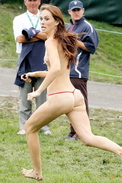 全裸で街を走り抜けるストリーキングな外国人女性のエロ画像 31枚 No.29