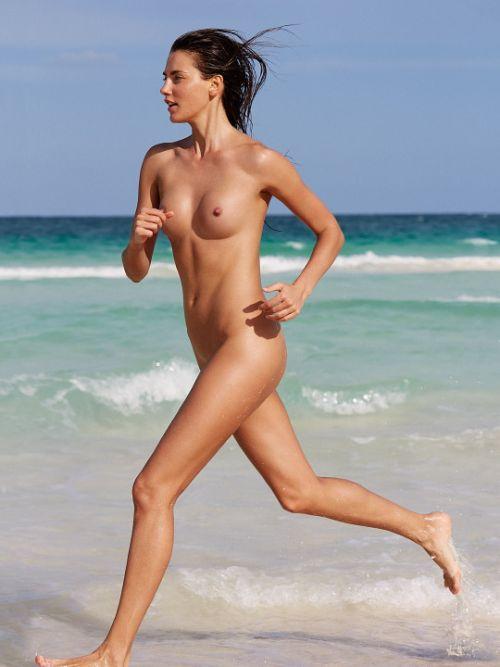 全裸で街を走り抜けるストリーキングな外国人女性のエロ画像 31枚 No.30