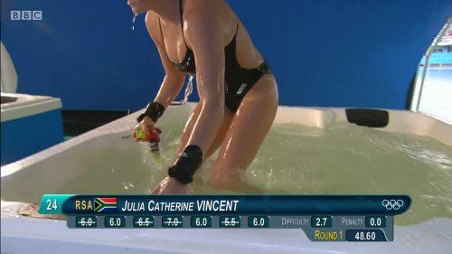 【画像】高飛び込みの水中で水着が脱げまくる様子を放送した結果www 47枚 No.31