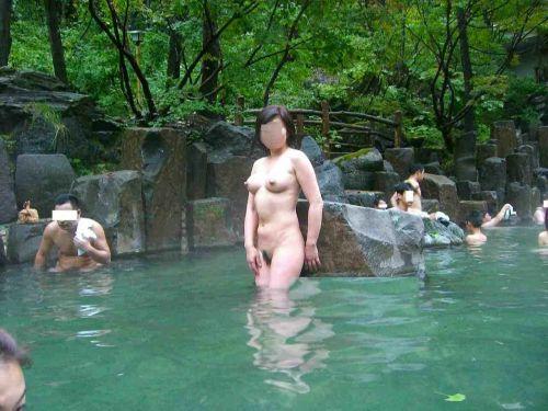 【画像】混浴露天風呂でおっぱいと性器出して記念撮影してるのエロ過ぎwww 38枚 No.2