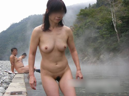 【画像】混浴露天風呂でおっぱいと性器出して記念撮影してるのエロ過ぎwww 38枚 No.4