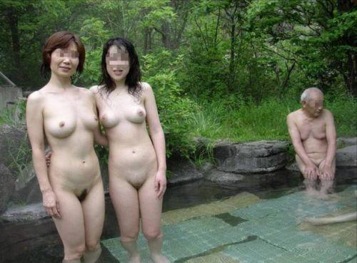 【画像】混浴露天風呂でおっぱいと性器出して記念撮影してるのエロ過ぎwww 38枚 No.5