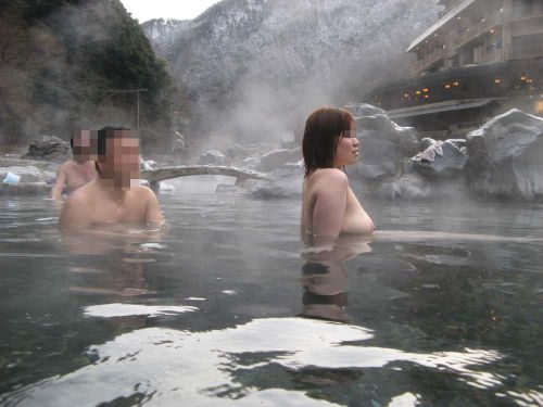 【画像】混浴露天風呂でおっぱいと性器出して記念撮影してるのエロ過ぎwww 38枚 No.9