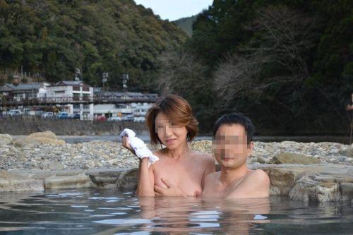 【画像】混浴露天風呂でおっぱいと性器出して記念撮影してるのエロ過ぎwww 38枚 No.13