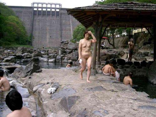 【画像】混浴露天風呂でおっぱいと性器出して記念撮影してるのエロ過ぎwww 38枚 No.18