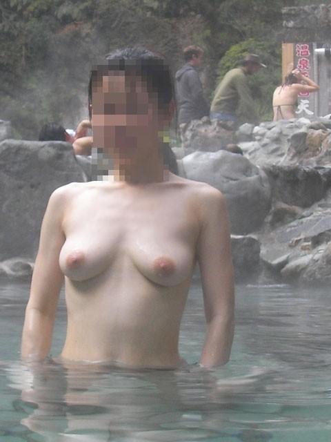 【画像】混浴露天風呂でおっぱいと性器出して記念撮影してるのエロ過ぎwww 38枚 No.19