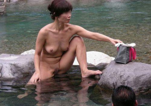 【画像】混浴露天風呂でおっぱいと性器出して記念撮影してるのエロ過ぎwww 38枚 No.20