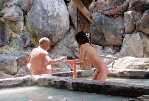【画像】混浴露天風呂でおっぱいと性器出して記念撮影してるのエロ過ぎwww 38枚 No.22