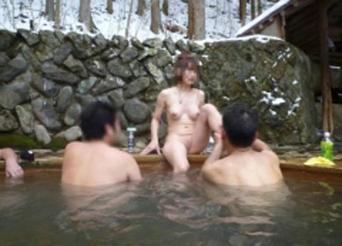 【画像】混浴露天風呂でおっぱいと性器出して記念撮影してるのエロ過ぎwww 38枚 No.24