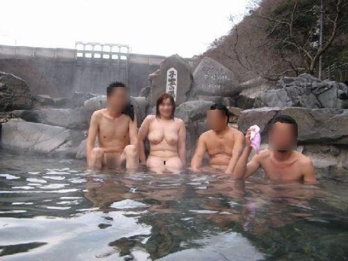 【画像】混浴露天風呂でおっぱいと性器出して記念撮影してるのエロ過ぎwww 38枚 No.26