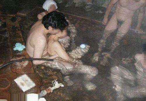 【画像】混浴露天風呂でおっぱいと性器出して記念撮影してるのエロ過ぎwww 38枚 No.36