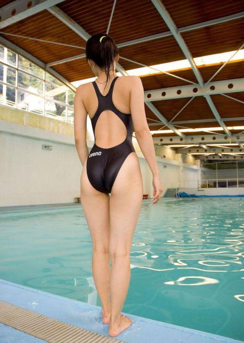 プールサイドにいる競泳水着を着た女の子のお尻を激写したエロ画像 32枚 No.4