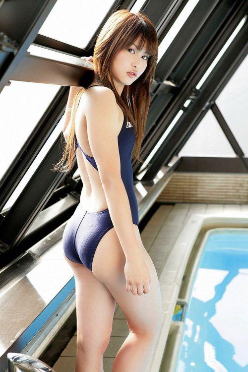 プールサイドにいる競泳水着を着た女の子のお尻を激写したエロ画像 32枚 No.9