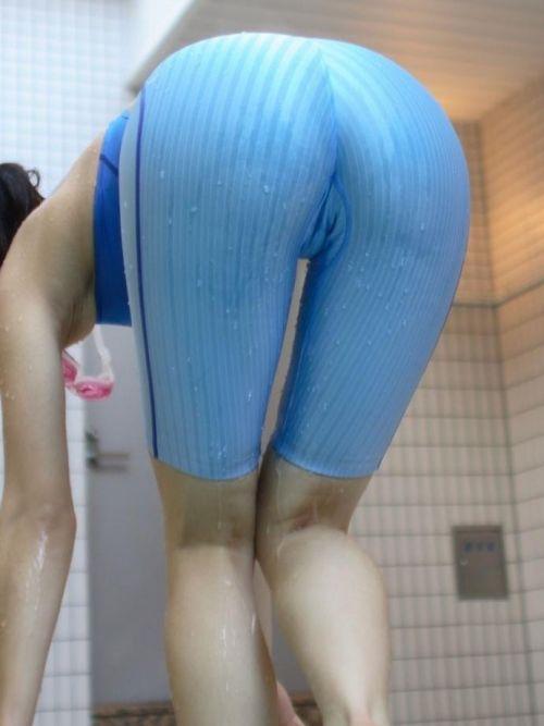 プールサイドにいる競泳水着を着た女の子のお尻を激写したエロ画像 32枚 No.11