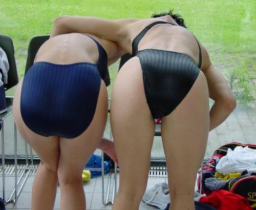 プールサイドにいる競泳水着を着た女の子のお尻を激写したエロ画像 32枚 No.22