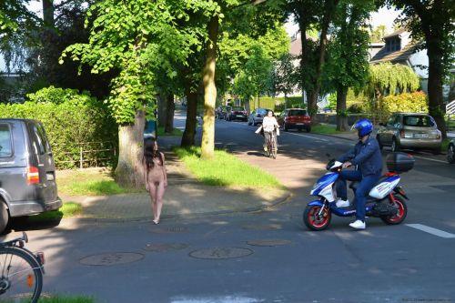 【野外露出】海外のパイパン美女達が街中で露出しちゃうエロ画像 31枚 No.8